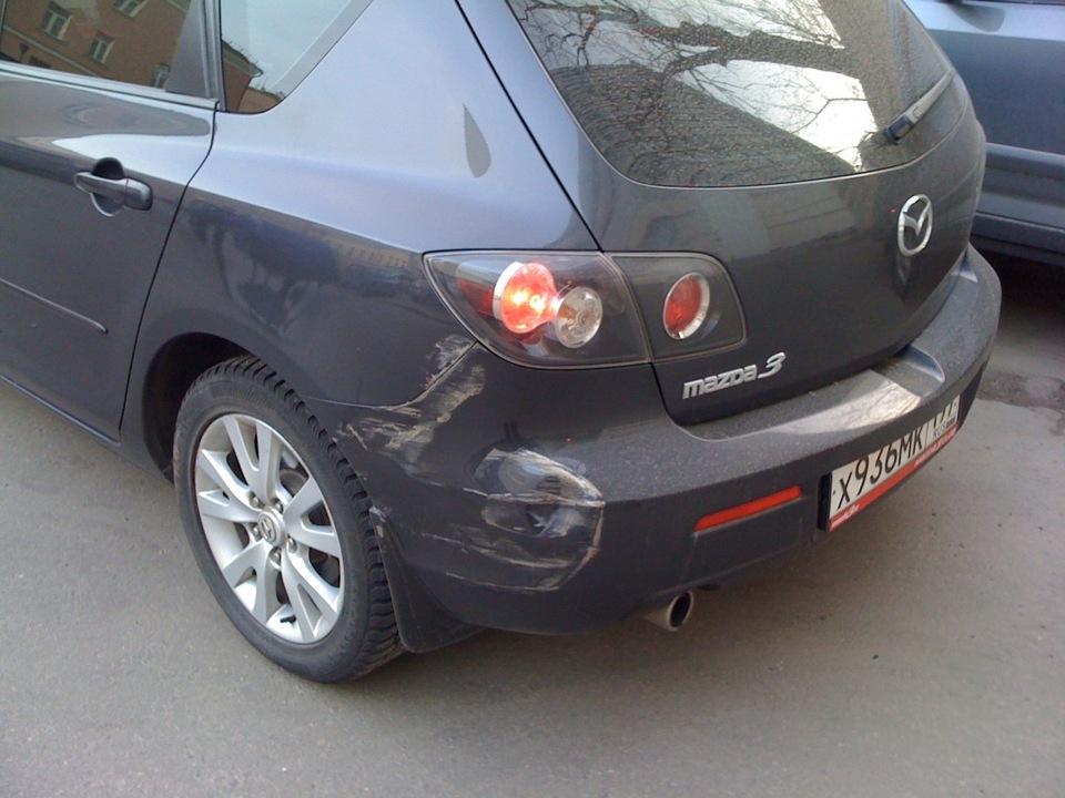 Поцарапана машина на парковке